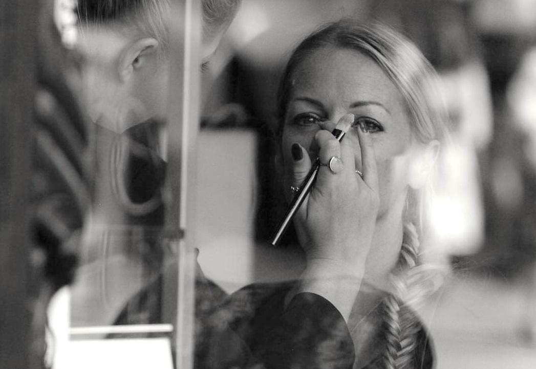 make up artist tip on covering bruises.